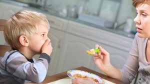 Chăm sóc trẻ 3 tuổi ăn hay ngậm